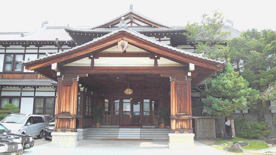Nara Hotel : ホテルの旧館正面玄関