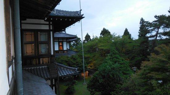 Nara Hotel : 部屋の窓から左サイドを写す