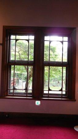 Nara Hotel : 廊下の窓。外に池が見える。