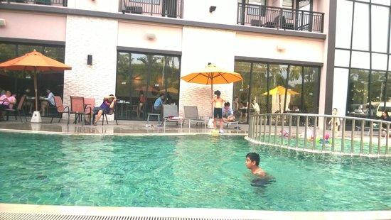 ibis Hua Hin: สระว่ายน้ำ