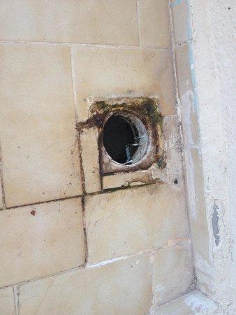 Samoy Hotel : Balcony drain