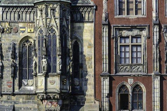 Old Town Hall and Astronomical Clock : Detalle de la torre del reloj y trozo del ayuntamiento que quedó tras los bombardeos de la SGM