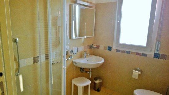 Bagno con box doccia foto di hotel tritone riccione tripadvisor - Bagno 70 riccione ...