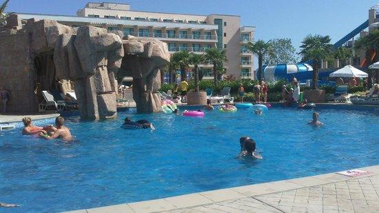 DIT Evrika Beach Club Hotel : Zwembad (stukje, want het is nog groter)