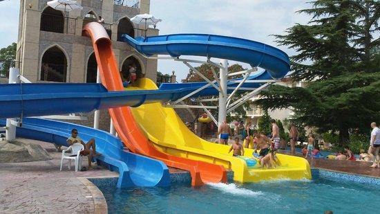 DIT Evrika Beach Club Hotel : Drie van de vier glijbanen van het aquapark. Er is ook een 'lazy river'