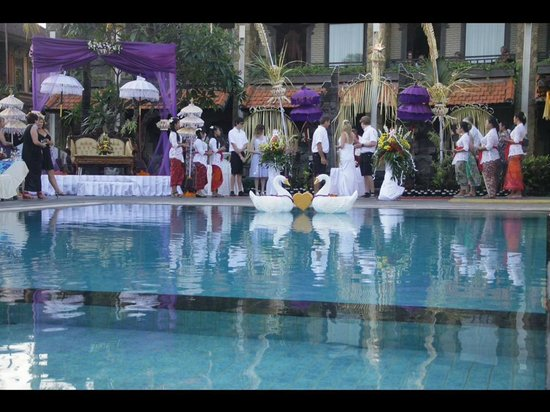 Satriya Cottages: Pool on the day of the wedding