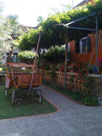 Lazzarini-Battiala Palace St Martin: la veranda di palazzo lazzarini-battiala, con un'antica carrozza