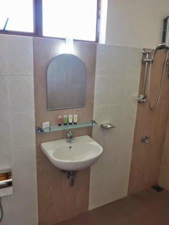 Magampura Eco Village Resort: Big and bright bathroom