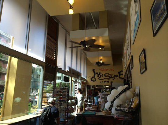 Musubi Cafe Iyasume: 店内にはカウンターやテーブルもあります