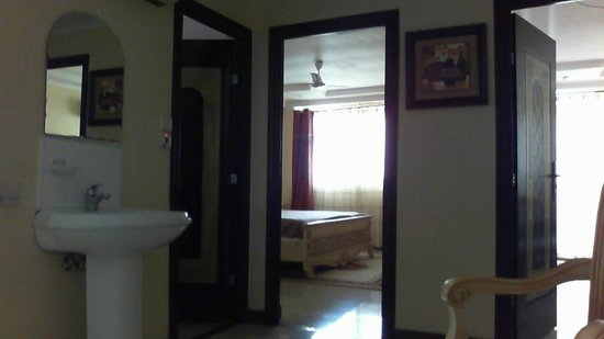 Urban Rose Hotel and Apartment: View from the entry to bedroom and bathroom