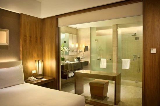Hilton Bandung: Bathroom - at Executive Room