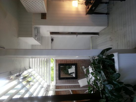 Alexander's LGBT Guesthouse: chambre patio