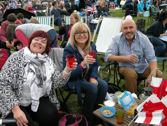 Ragley Hall, Park and Gardens : Cheers!  Enjoying our picnic before the concert