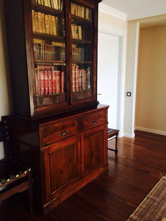 Хозяин Сохранил старую мебель, несмотря на современный интерьер отеля