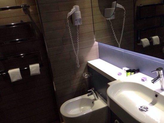 Lafodia Hotel & Resort: Il bagno, con box doccia (non si vede) in vetro