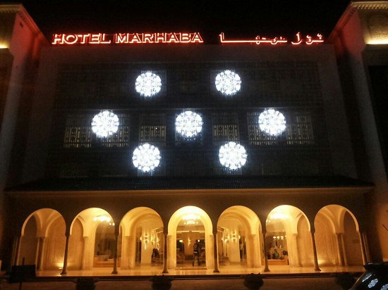 Hotel Marhaba : Вот так выглядит отель с наружи ночью
