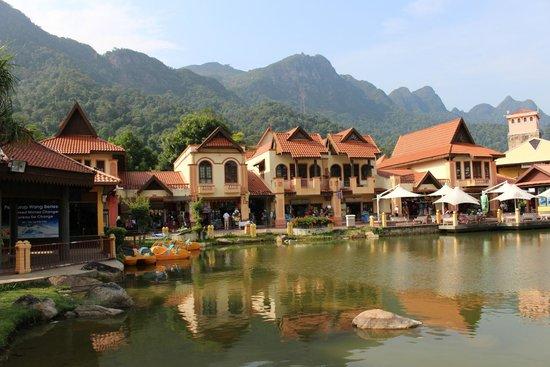 Oriental Village: Прудик