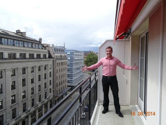 Hotel Bristol : VIEW FROM JUNIOR SUITE NUMBER 625, STREET SIDE, AUGUST 2014.