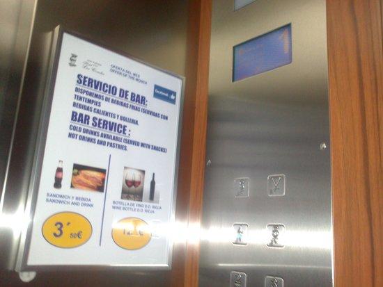Best Western Hotel Los Condes: Ofertas anunciadas en el ascensor.