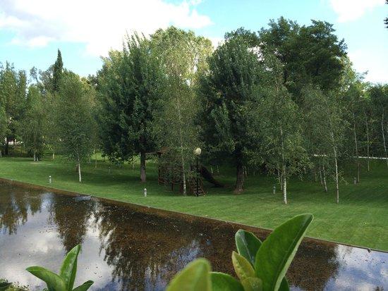 Hotel Balneari Termes Orion: Jardines y zona de juegos infantiles