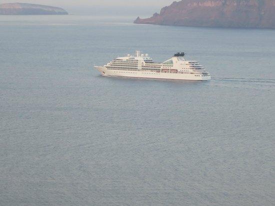 Andronis Luxury Suites: ベランダからみる朝の風景-静かに客船が行きます-