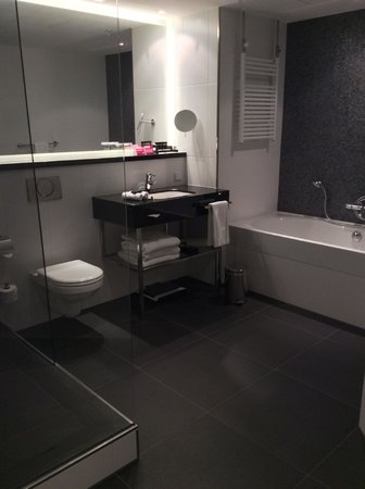 Crowne Plaza Amsterdam South : Suite Bathroom