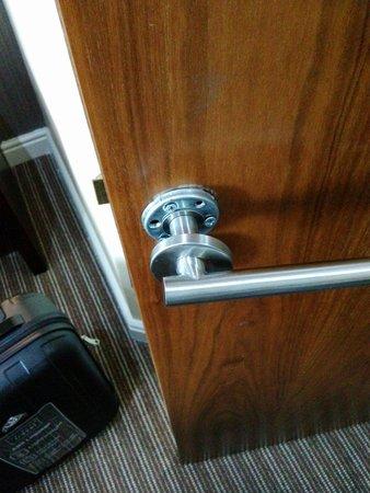 Lorne Hotel: Puertas rotas
