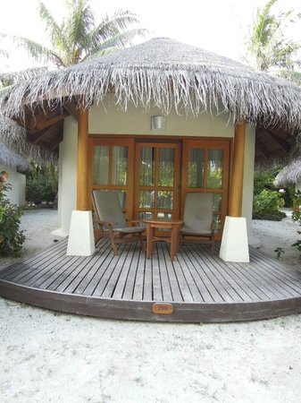 Sheraton Maldives Full Moon Resort & Spa : Back of cottage with deck area……tap for washing off sand at side.
