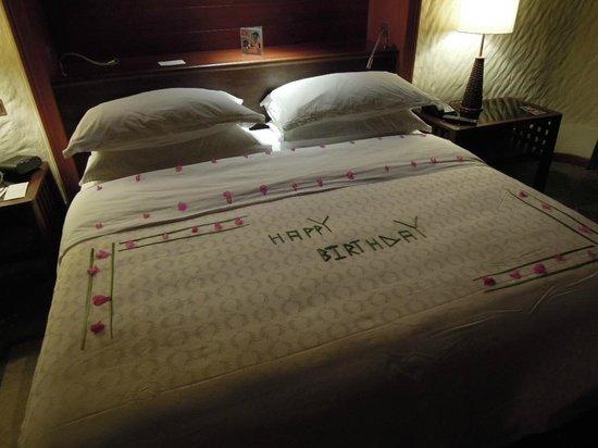 Sheraton Maldives Full Moon Resort & Spa : Decorated bed