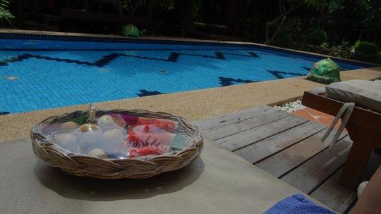 Ruenkanok Thai House: Gratis fruit bij het zwembad
