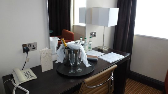 The Gonville Hotel: Bottle of bubbly on arrival complete with Ice Bucket !