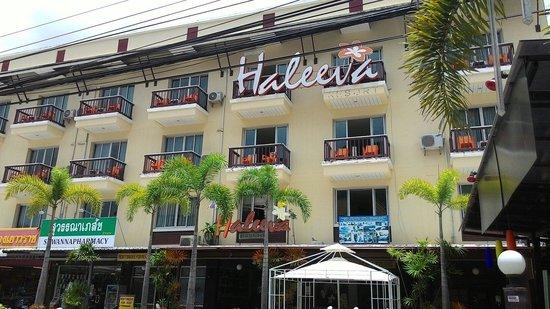 Haleeva Sunshine: ด้านหน้าโรงเเรม ริมถนนใหญ่เลย