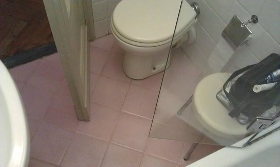 Hotel Tornabuoni Beacci : Tiny bathroom
