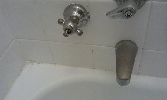 Hotel Tornabuoni Beacci: Dirty bath fittings