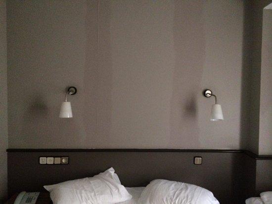 Hotel Urbis Centre : Pintura espantosa