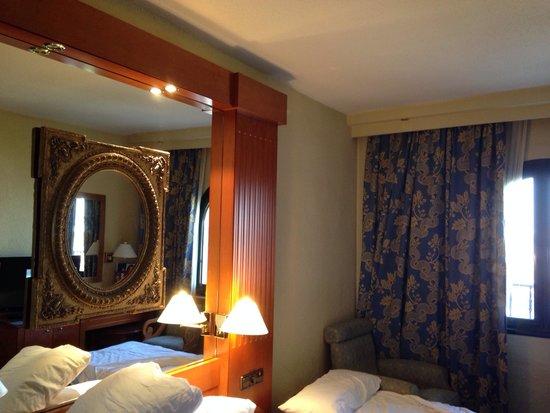 Hotel Sevilla Macarena: La habitación