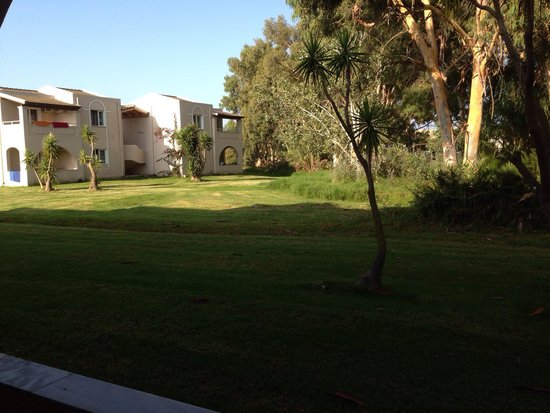 Sandy Beach Resort: Gardens around apartment