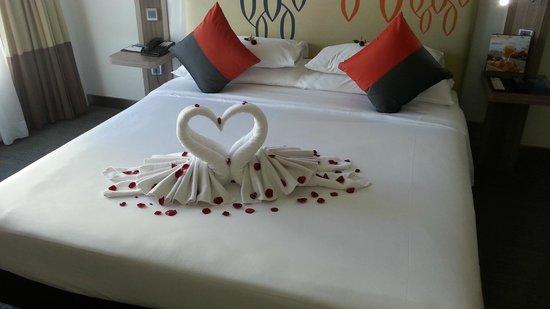 Novotel Bangkok Fenix Silom: Honeymoon setting of our king size bed