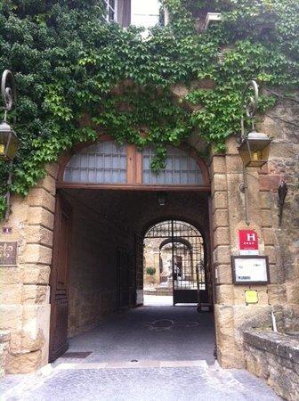 Chateau de Rochegude : entrée du Château