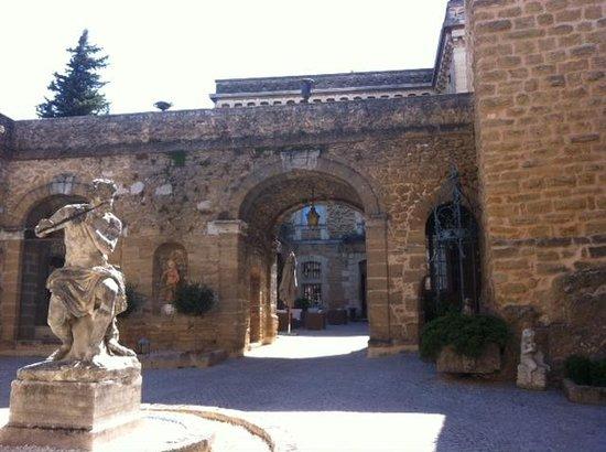 Chateau de Rochegude : cours  interieure du château