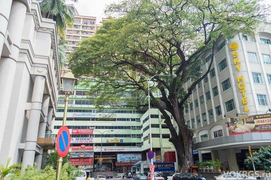 Sunbow Hotel Residency : вид на центральных вход в здание, где на 10-том этаже -отель.