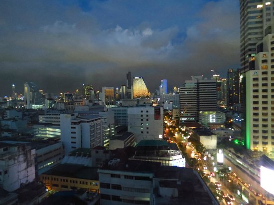 Novotel Bangkok Fenix Silom: Night view from the room 1711