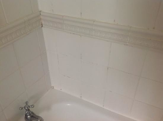 Eastwell Manor : Mould in grout and dodgy sealent in bathroom