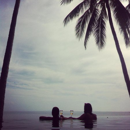 The COAST Resort - Koh Phangan : My sister and a friend drinking Prosecco in the infinity pool