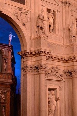 Teatro Olimpico : arco principale scenografia Tebe vista laterale