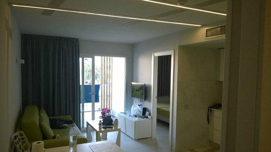 Ryans Ibiza Apartments: Ingresso della camera con angolo cottura e divano