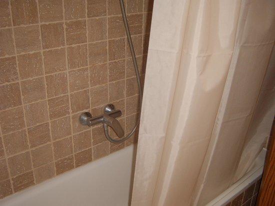 Hotel Alba Seleqtta: Bañera con cortina