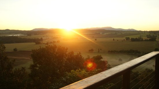Mt Quincan Crater Retreat: Sunrise from White Ceder Treehouse
