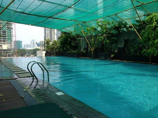 Oakwood Premier Cozmo Jakarta: The pool