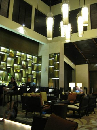 Shangri-La's Rasa Ria Resort & Spa: Lobby Lounge bar - Great place to relax post meal